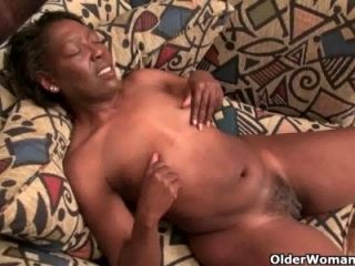 Ebony granny Amanda peels off her pantyhose and plays (4)