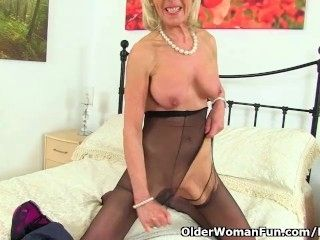 UK gilf Elaine pleasures her 60-year-old clit with a sex toy (2)