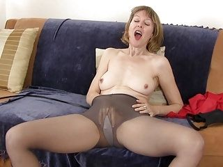 American milf Jamie Foster rubs her pussy furiously (2)