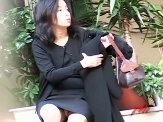 Sharking of a gorgeous Japanese MILF on a lonely road (2)