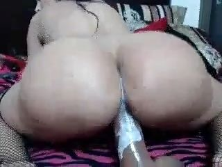 Mature Brunette With A Big Round Ass Masturbates Her Hole O