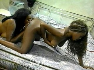 Dos chicas Sexy Ebony In Girl-On-Girl Action