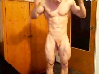 HANDSOME MUSCULAR GUY SHOWS HIS BODY