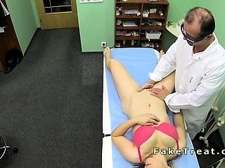 Doctor folla Milf paciente en un escritorio (6)