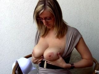 Big breasted reader Shelby Moon playing with her juggs