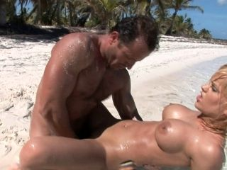 Britney Finally Has A Chance To Be Doggy Drilled On A Sunny Beach (2)