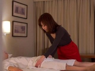 Subtitled CFNM Japanese hotel milf massage leads to handjob (4)