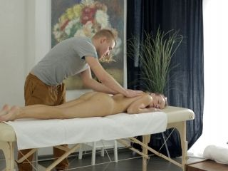 Hot Babe Spreads Her Legs For A Nice Fuck During A Massage