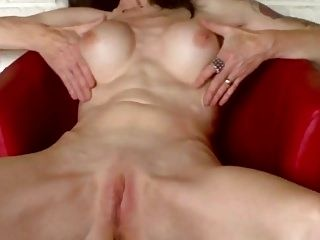 SUPERB MILF GETS PLEASED IN SEXTAPE