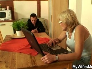 Fucking Old Girlfriends Mother Pussy On The Table (4)