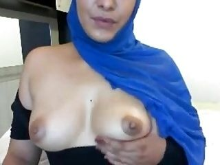 Hijab Girl Shows Her Boobs (2)