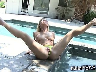Babe Shows Her Pussy in a Bikini
