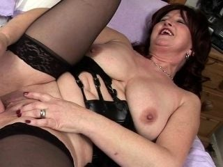 Slinky red mature mum playing with Magdalena from dates25com