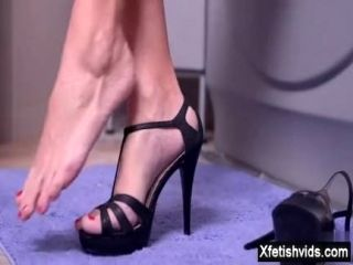 Shaved Pussy Pornstar Foot Fetish With Cumshot (2)