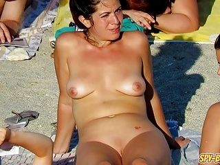 Hot MILFs amatoriale spiate - spiaggia nudista Video spia