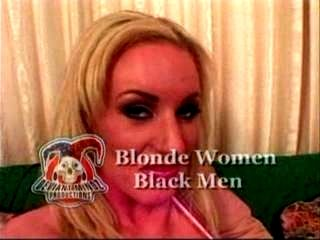 Mujer rubia hombres negros