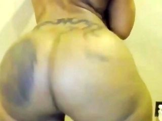 Ebony MILF shakes her massive ass in front of webcam