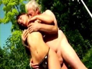 Tight Ass Bitch Gets Cock Gobbling sur Old Man Dick Outdoors