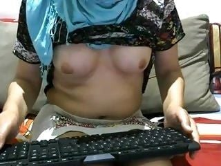 Turkish Webcambabe Shows Her Boobs (2)